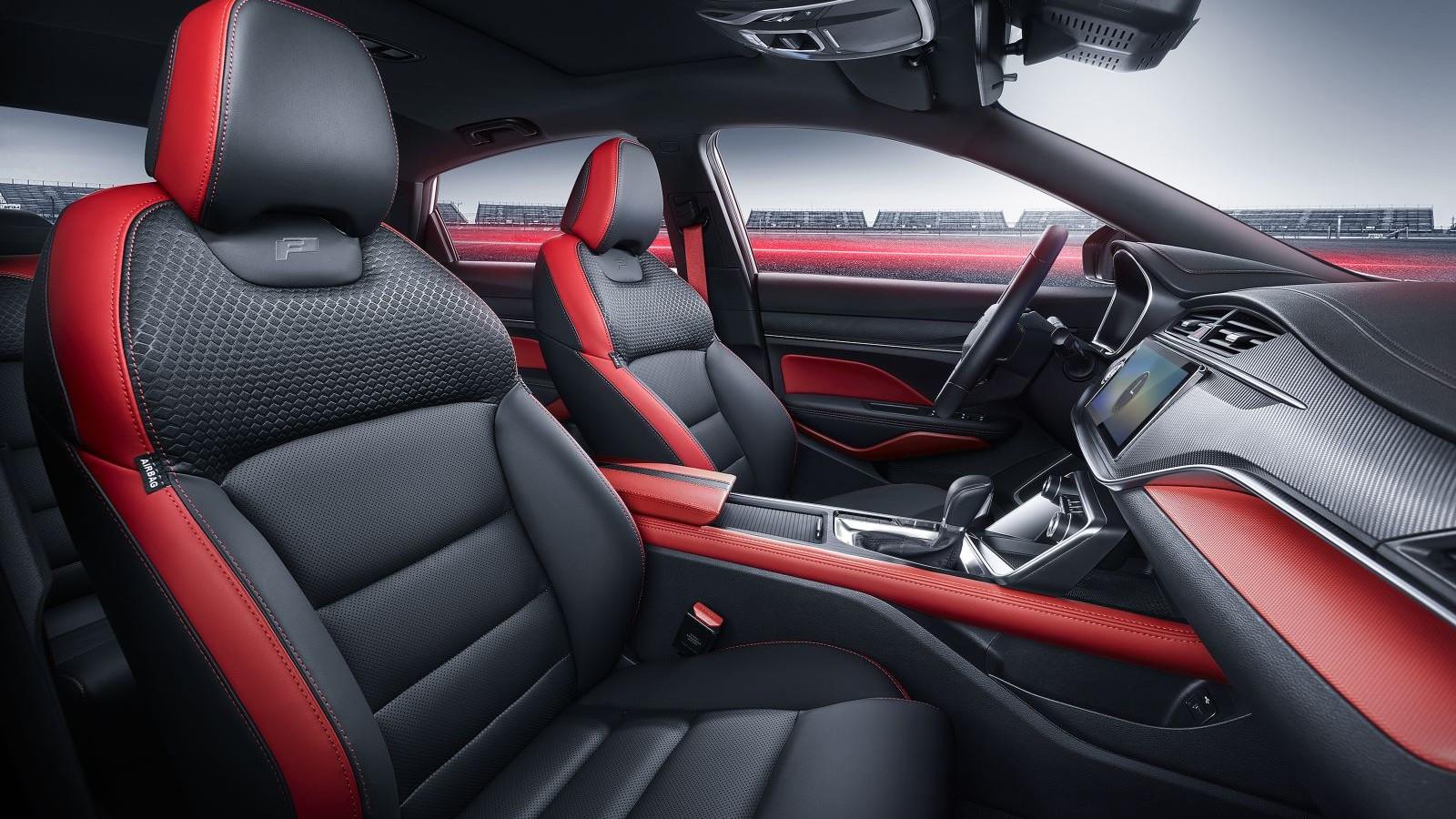 Салон красного автомобиля Geely Binray 2021
